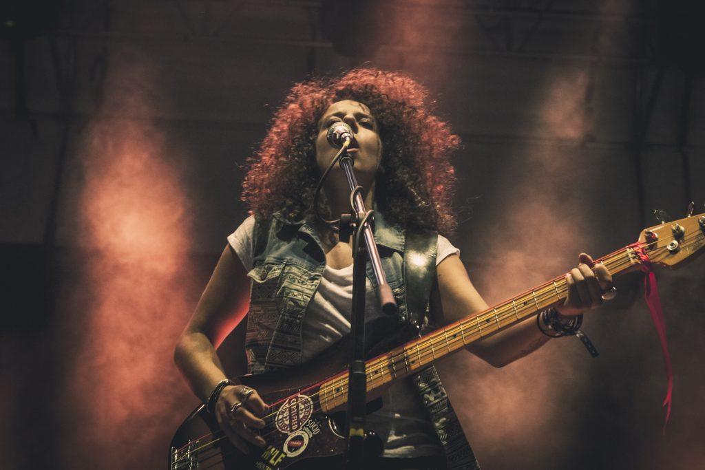 persona cantante donna bassista rock concerto fender precision eventi