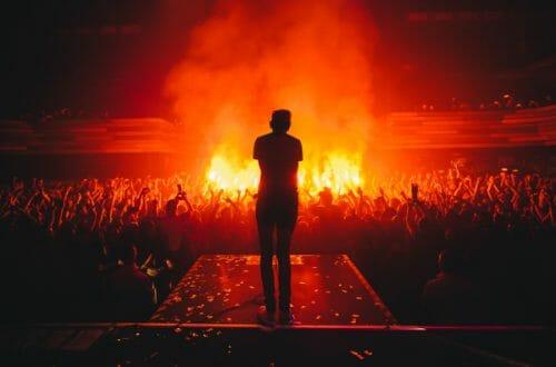 concerto open act sipario fiamme fuoco pubblico persona che canta rock